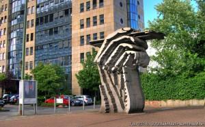 düsseldorf_golzheim_fachhochschule_stift_hand_glozheim_design_fcce237401_978x1304xin