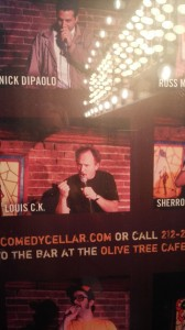 Sohos Comedy Cellar mit dem Plakat auf dem man auch Louis C.K. sehen kann in Aktion - er ist GROßARTIG Sohos Comedy Cellar, taking a picture of the poster with Louis C.K. in Action - he is the best.