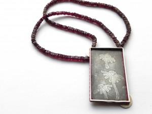 IM WORT GÄNSEBLUME - Rückseite - 935 Ag Granat Perlseide