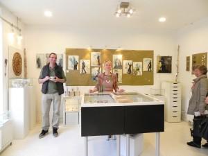 Ariane Hartmann lädt ein zur Ausstellungseröffnung